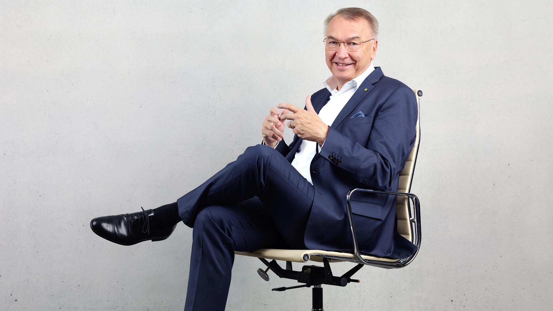 Eckhard Schwarzer sitzt auf einem Bürostuhl (Foto: DATEV eG)
