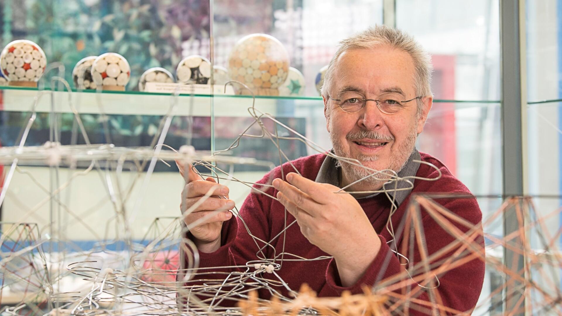 Jürgen Richter-Gebert baut mit Kleiderbügeln geometrische Formen (Foto: Astrid Eckert/TUM)